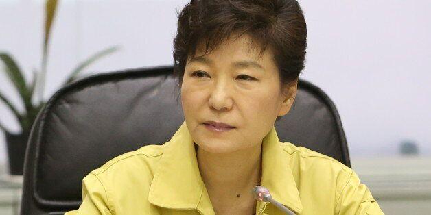 정부가 세월호 참사 수습 과정에서 무능과 불신을 드러내면서 박근혜 대통령의 지지율도 불과 닷새만에 큰 폭으로 하락한 것으로 24일