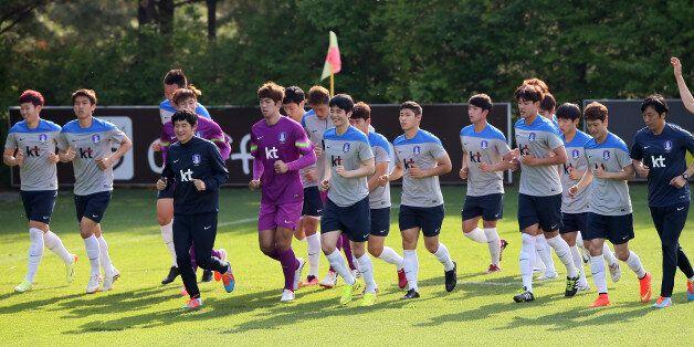 축구 대표팀 선수들이 14일 오후 경기도 파주 NFC(대표팀 트레이닝센터)에서 열린 공식훈련에서 달리기로 몸을 풀고