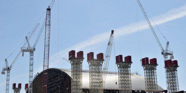 체르노빌 원전에서 흘러나오는 방사능 물질을 막기 위해 초대형 돔으로 체르노빌 원전을 밀봉하는 공사가 진행중이다. 사진은 건설중인 초대형 돔의