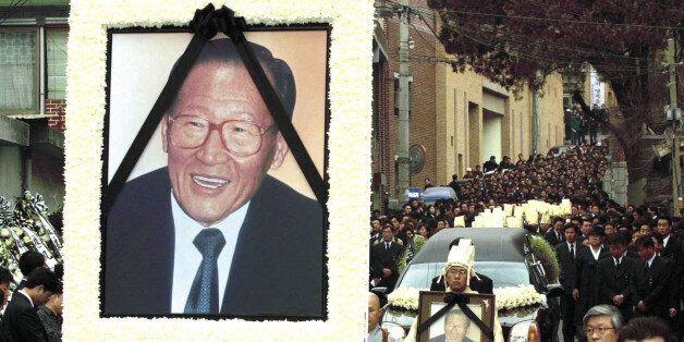 정주영 현대그룹 명예회장의 장례식은 가족장으로 치러졌지만 70여곳의 분향소에 나흘 동안 다녀간 33만명의 조문객이