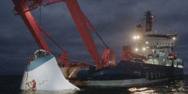 에스토니아호는 1994년 9월 28일 발트해를 지나던 중에 침몰했다. 852명이 목숨을 잃었다. 사진은 1994년 11월 19일 배를 인양하는