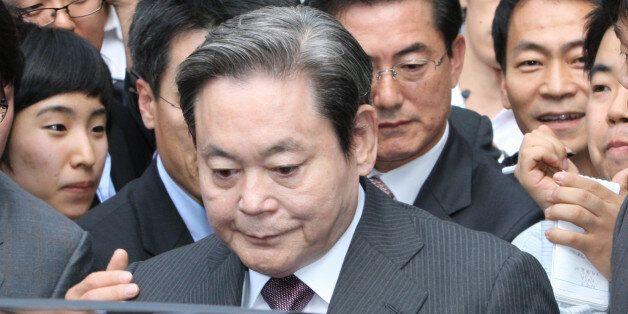 경영권 불법승계 및 조세포탈 혐의로 기소된 이건희 전 삼성그룹 회장이 지난 2008년 8월 항소심에서 집행유예 판결을 받고 법원을 나서 승용차에 타고
