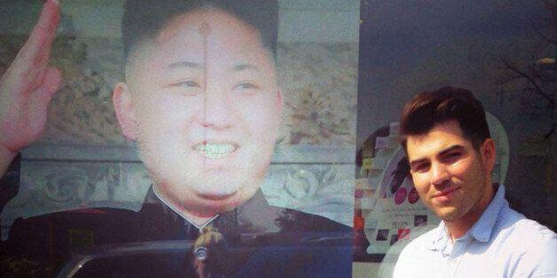 영국 런던의 한 미용실에서 김정은 북한 국방위 제1위원장의 헤어스타일을 조롱하는 포스터를
