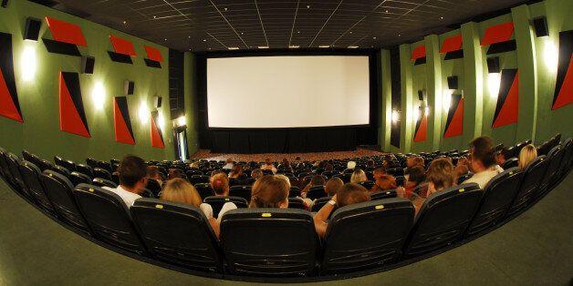 실제 상영을 하지 않으면서 극장에서 개봉한 것처럼 꾸미는 '가짜 개봉'이 최근 늘어나며, 영화진흥위원회가 진상조사와 대책 마련에