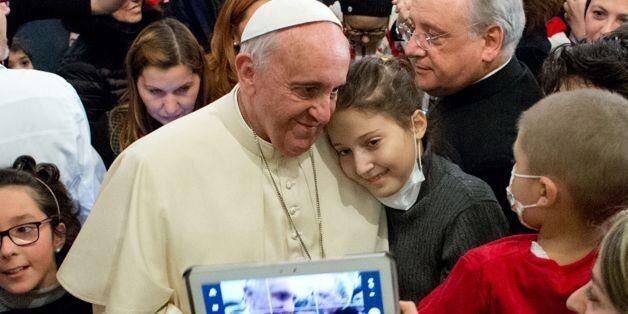 프란치스코 교황이 지난해 크리스마스를 앞두고 로마의 어린이병원을 찾아 여자어린이 환자와 사진을 찍고