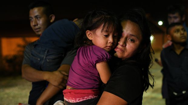 Guatemalan migrant mother Claudia holds two year-old daughter Alma after turning themselves to U.S. Border Patrol with fellow asylum seekers following an illegal crossing of the Rio Grande in Hidalgo, Texas, U.S., August 23, 2019. Picture taken August 23, 2019. REUTERS/Loren Elliott