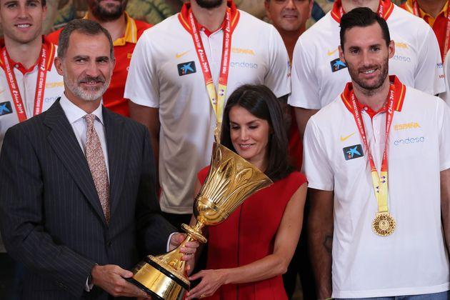 Los reyes, con la Selección española de baloncesto en La Zarzuela el 16 de septiembre de