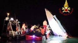La barca a picco dopo lo schianto contro la diga: il video dell'incidente a