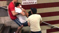 Scale mobili e ascensore rotti nella metro di Roma: disabile portato a braccia sulla