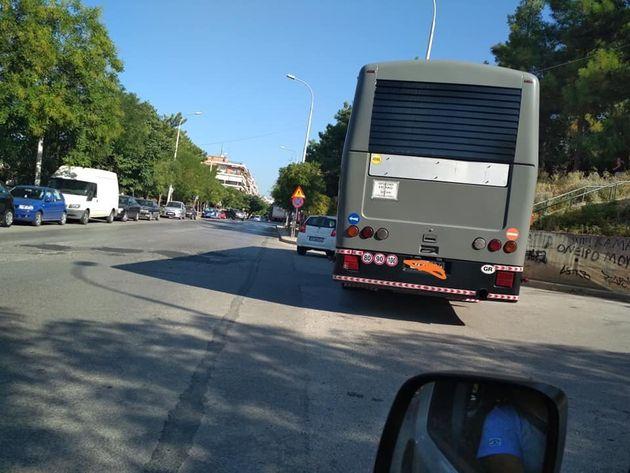 Ο Ελληνάρας ξαναχτυπά: Παρκάρει τουριστικό λεωφορείο κάθετα κι όποιον πάρει ο