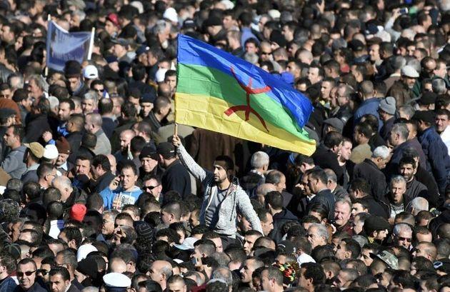 Photo d'archives d'un drapeau amazigh lors d'un rassemblement dans la ville de Aït-Ahmed,...