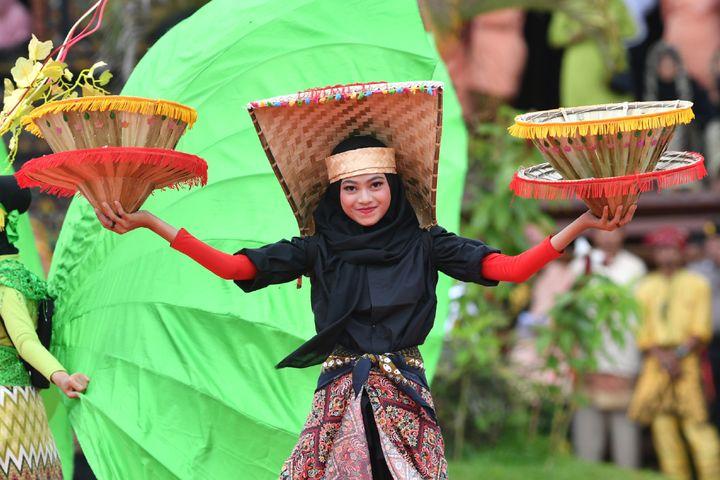 Les Minangkabau sont installés sur l'île de Sumatra en Indonésie. Ils sont six millions.