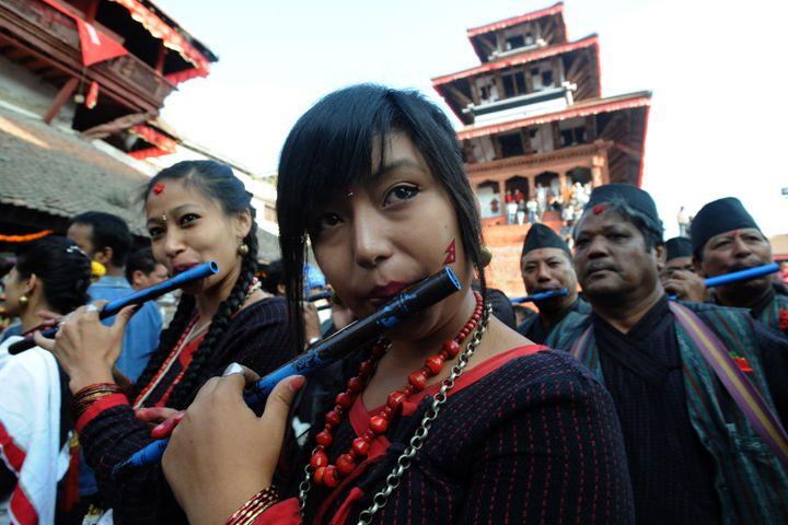Jeune femme Newar au Népal lors d'une procession.