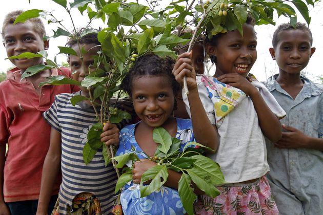 Enfants des îles Trobriand, en Papouasie-Nouvelle-Guinée, en 2007. Les habitants de ces îles sont classés...