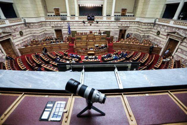 Κατατέθηκαν στη Βουλή οι συμβάσεις για έρευνες υδρογονανθράκων στο Ιόνιο και την