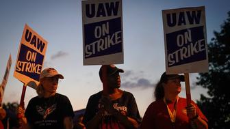 General Motors assembly workers picket outside the General Motors Bowling Green plant during the United Auto Workers (UAW) national strike in Bowling Green, Kentucky, U.S., September 17, 2019.  REUTERS/Bryan Woolston