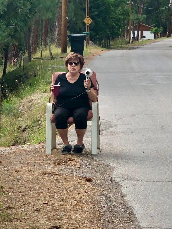 モンタナ州のあるおばあちゃんが、路上でヘアドライヤーを持っている理由