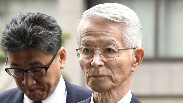 Tsunehisa Katsumata, derecha, ex presidente de Tokyo Electric Power Co. llega a la corte del distrito de Tokio para un juicio el viernes, 30 de unio del 2017. Katsumata y otros dos ex ejecutivos de TEPCO se disculparon el viernes en la corte por el desastre nuclear de Fukushima del 2011, pero se declararon inocentes del cargo de negligencia profesional.(Shigeyuki Inakuma/Kyodo News via AP)