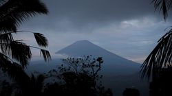Ηφαιστειακή τέφρα στον ουρανό της Ινδονησίας: Εξερράγη το ηφαίστειο Αγκούνγκ στο