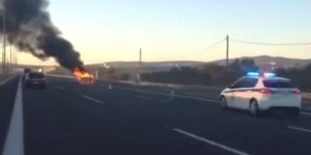 Ταξί πήρε φωτιά στη μέση της Αττικής Οδού