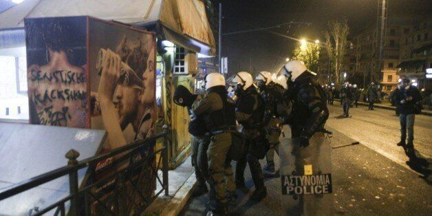 Συλλήψεις Ελλήνων και αλλοδαπών για τα επεισόδια στα Εξάρχεια. Στη ΜΕΘ η γυναίκα που τραυματίσθηκε από
