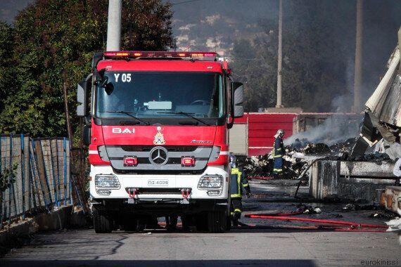 Μεγάλη πυρκαγιά σε βιομηχανία στο Μενίδι. Τραυματίστηκε ένας