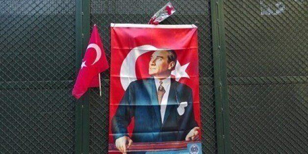 Κοσμοσυρροή στο τούρκικο προξενείο για την επέτειο θανάτου του Κεμάλ