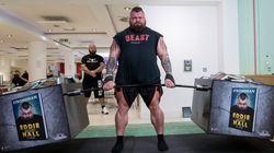 Αυτός είναι ο πιο δυνατός άνθρωπος στον κόσμο. Καταναλώνει 10.000 θερμίδες και σηκώνει βάρη πολλών