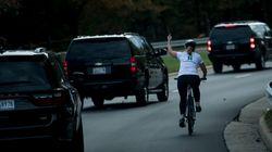 Ποδηλάτισσα περνάει δίπλα από τη λιμουζίνα του Τραμπ και του κάνει άσεμνη