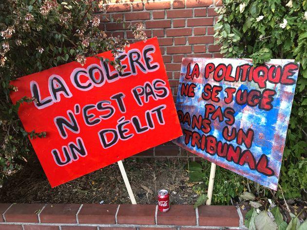Des pancartes brandies devant le tribunal de Bobigny où se tient le procès intenté contre Jean-Luc Mélenchon...