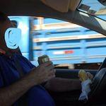 Ο Ελληνάρας κάνει multitasking: Και τιμόνι και κινητό και σάντουϊτς και