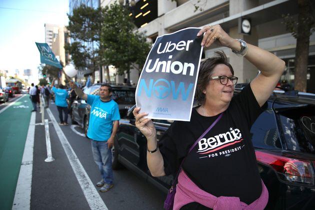 AB-5を支持を表明し、サンフランシスコにあるUber本社の前で抗議活動をするドライバーたち