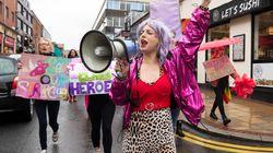 Le spogliarelliste vincono contro le femministe, il club di strip-tease rimarrà aperto.