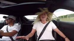 Συνέντευξη υψηλών ταχυτήτων: Με τον Λιούις Χάμιλτον στο τιμόνι, η δημοσιογράφος τα