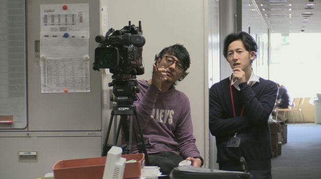 報道部を撮影する取材班