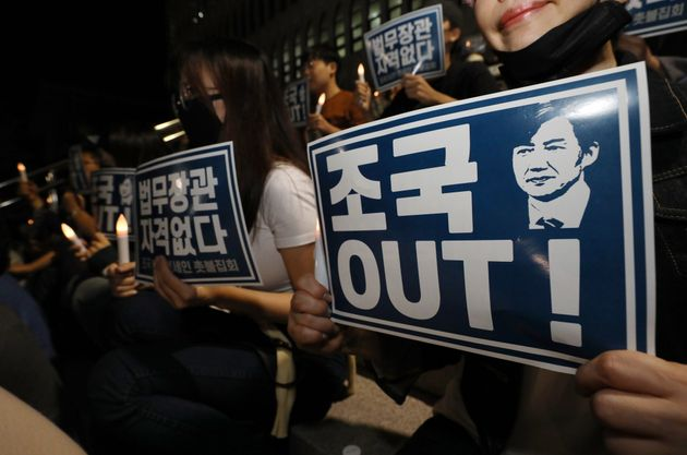 19일 조국 장관 사퇴 촉구하며 촛불 든 연세대 학생들과