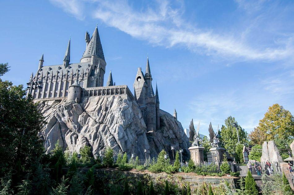 O parque temático The Wizarding World of Harry Potter é um lugar óbvio que os fãs de Harry Potter não podem deixar de conhecer. Há parques do bruxinho em Orlando, em Los Angeles e no Japão. Os visitantes podem se deliciar com as comidas citadas nos livros, curtir brinquedos diversos, assistir a shows de mágica e muito mais.