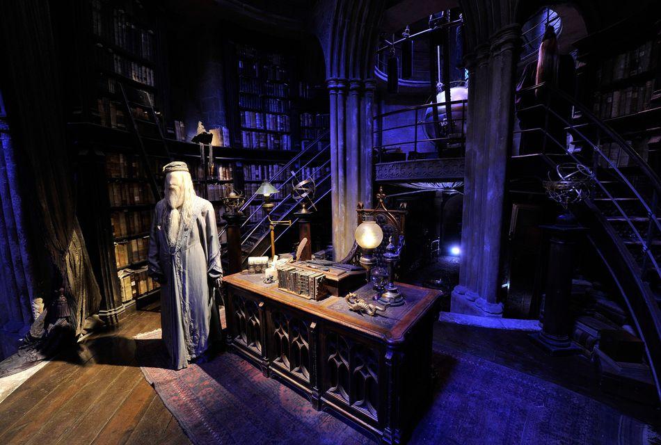 Os fãs de Harry que estiverem em Londres vão querer fazer o Warner Bros. Studio Tour London — The Making of Harry Potter, em Leavesden, perto de Londres. A experiência inclui uma visita aos bastidores dos filmes e a chance de experimentar algumas das delícias vistas nos filmes, como a cerveja amanteigada Butterbeer e o sorvete de Butterbeer. O Warner Bros. Studio Tour, mais geral, em Hollywood, também inclui alguns artigos e experiências de Harry Potter.