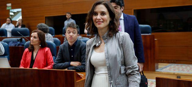 Isabel Díaz Ayuso pasando delante de Íñigo