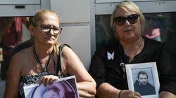 Μάνες που έχασαν τα παιδιά τους σε τροχαία διαμαρτύρονται έξω από το υπ.