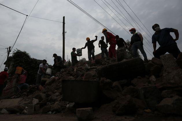 Μεξικό: Αγώνας για να σωθούν παιδιά παγιδευμένα στα συντρίμμια του σχολείου