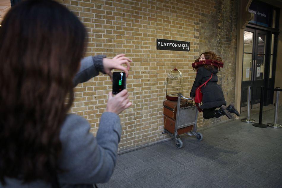 Na estação ferroviária de King's Cross, em Londres, há uma área especial para os loucos por Harry Potter se fotografarem atravessando a barreira da plataforma 9 ¾. Há também uma lojinha de presentes temáticos que vende artigos mágicos.