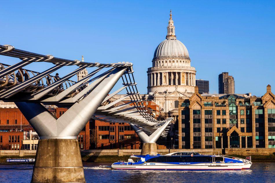 """No filme """"Harry Potter e o Enigma do Príncipe"""", a Ponte do Milênio, em Londres, é vítima de um ataque de Comensais da Morte."""