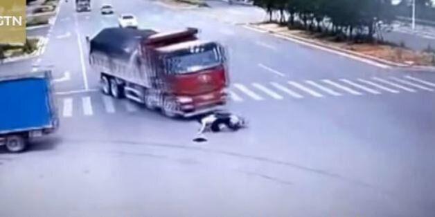 Σώθηκε από θαύμα: Οδηγός σκούτερ στην Κίνα περνά με κόκκινο, τον χτυπούν δύο φορτηγά και βγαίνει