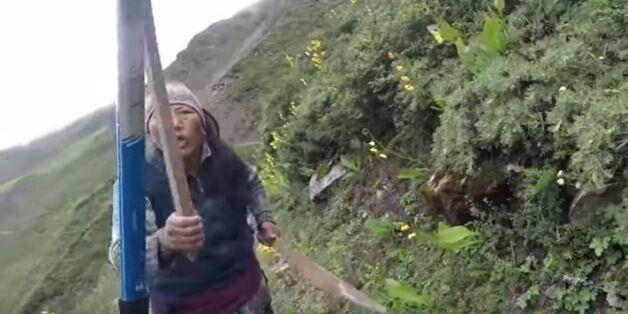 Νεπαλέζα κυνήγησε με πέτρες και ξύλα Βρετανίδα τουρίστρια μετά από διαφωνία για την τιμή του τσαγιού...