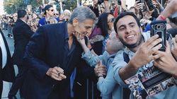 Μια γιαγιά χάιδεψε το πρόσωπο του George Clooney στο κόκκινο χαλί και το ίντερνετ έκανε πάλι τη δουλειά