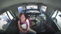 Βίντεο: Γυναίκα δεμένη με χειροπέδες λύνεται και κλέβει το περιπολικό των αστυνομικών που τη