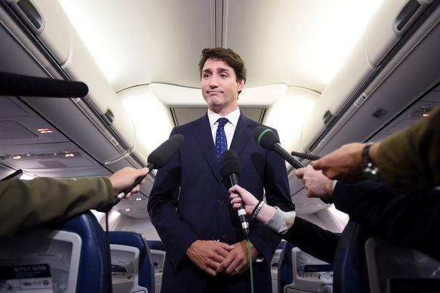 Justin Trudeau se retrouve sous le feu des critiques après que des photographies le montrant faisant...