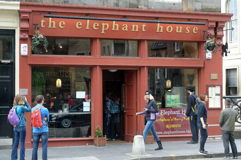 J.K. Rowling escreveu a série dos livros em vários lugares, mas possivelmente o mais famoso seja o café The Elephant House, em Edimburgo, na Escócia.