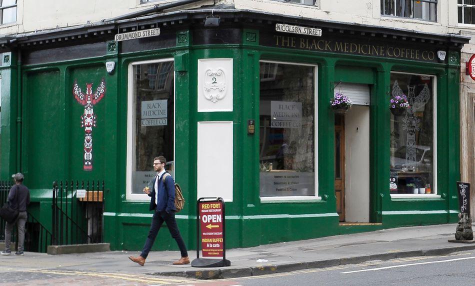 """Uma placa na fachada do café Black Medicine Coffee Co, em Edimburgo, informa que J.K. Rowling """"escreveu alguns dos primeiros capítulos de Harry Potter nas salas do primeiro andar deste imóvel"""". De fato, o andar acima do café foi no passado o Nicholson's Cafe, onde Rowling às vezes ia para escrever."""